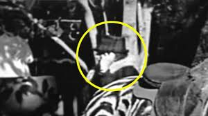 سمعک آنالوگ زیمنس در پشت صحنه ی یکی از فیلم های چارلی چاپلین که استفاده کننده ی آن از جلوی دوربین در حال ضبط رد می شود.