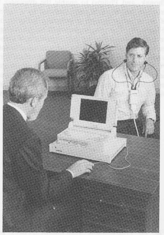 نمونهای از سمعک قابل برنامهریزی که با رایانههای اولیه ی آن زمان بر روی گوش فرد تنظیم میشود
