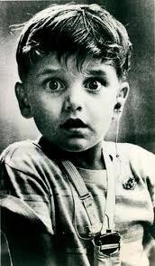 تصویر متعجب پسربچه کم شنوا بعد از گذاشتن سمعک آنالوگ