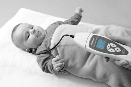 نمایی از نحوهی قرارگیری پروب درون گوش کودک برای انجام آزمایش DPOAE.